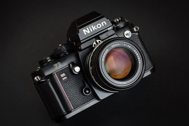 Nikon_F3_135_film_SLR_camera_with_Nikkor_50mm_F1.4_lens_and_HP_prism