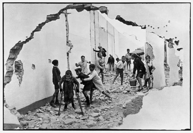 street-photography-scanning-film-benefits-Seville-Spain-1933-Henri-Cartier-Bresson-Magnum-Photos-55